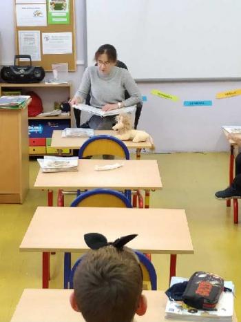 Pani Dobrochna Błażejczak czyta uczniom klasy Ia ,,Kota w butach'' Charles'a Perraulta