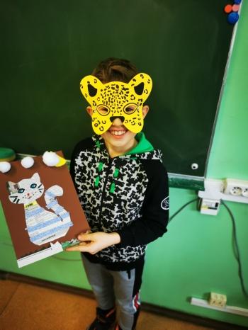 Uczniowie klasy IIa z kocimi pracami plastycznymi (9)