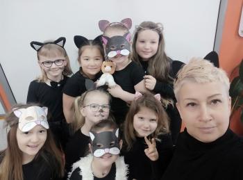 Pani Monika Regulska z kotami płci żeńskiej