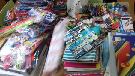 Zbiórka materiałów plastycznych dla oddziałów dziecięcych dwóch szpitali w Poznaniu